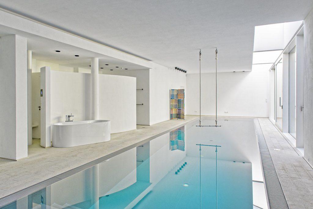 Raumgestaltung mit Kalkfarbe an den Wandflächen im Schwimmbads.